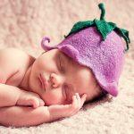 なすの帽子の赤ちゃん