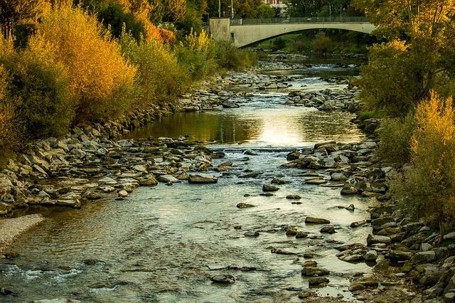 秋の川の風景