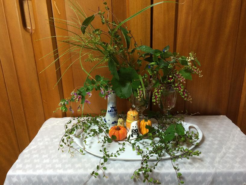 秋の野草とヤマゴボウのハロウィンアレンジ
