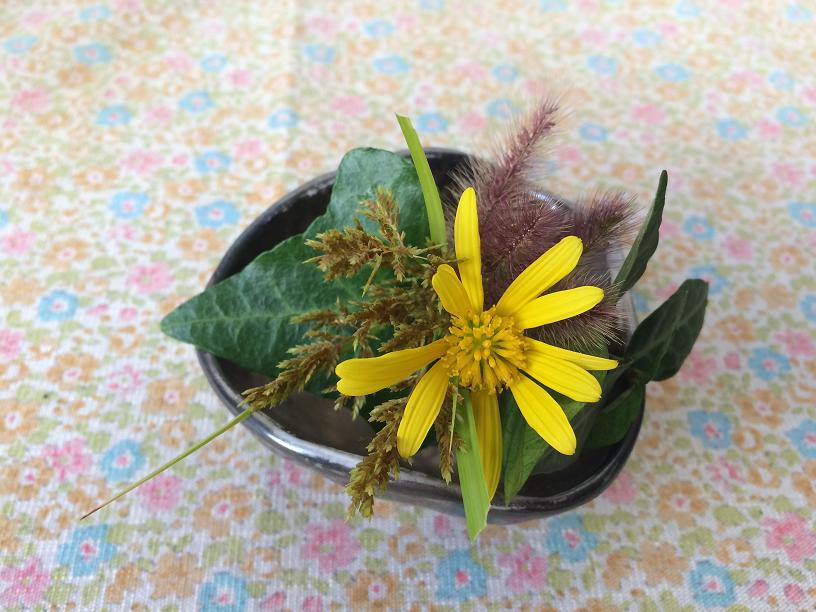 ツワブキの花のミニミニブーケ