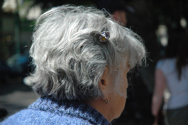 白髪のお年寄り