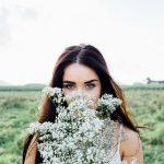 かすみ草と女の人
