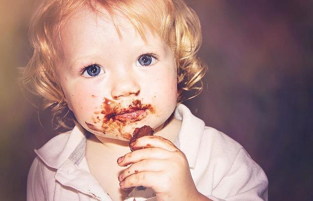 チョコレートを食べる赤ちゃん