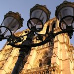 パリの街灯とノートルダム寺院