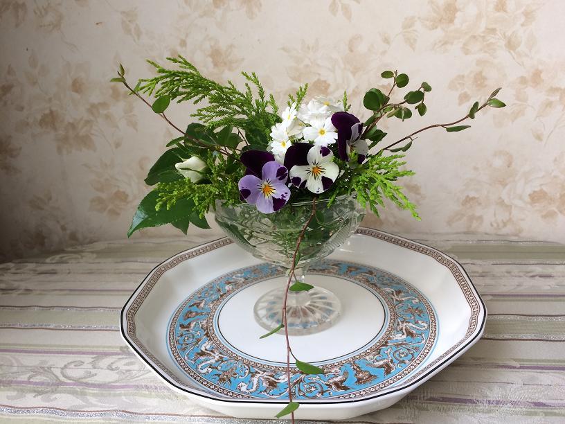 サクラソウとパンジーのテーブルの花