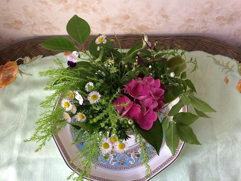 紫陽花とハルジオンのテーブルの花