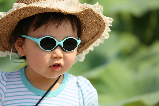 帽子とサングラスの赤ちゃん