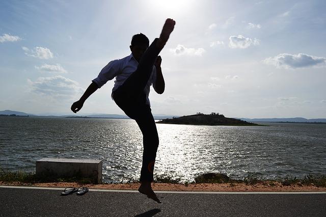 足を上げる男