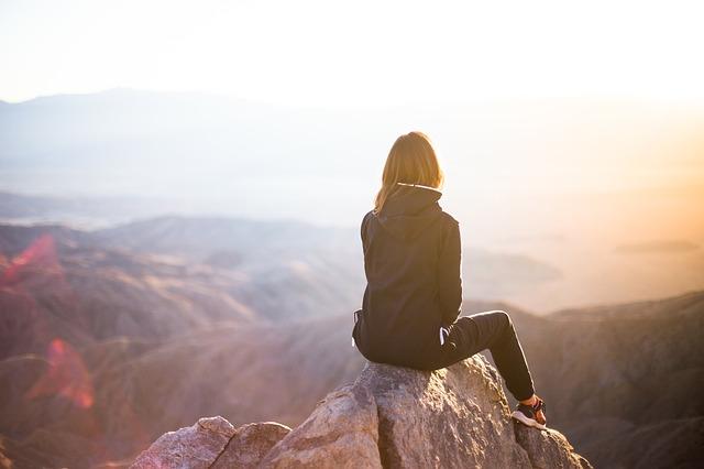 石の上に座る女の人