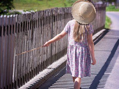 フェンスを鳴らす少女