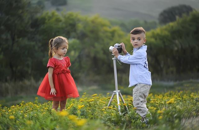 幼いカメラマン