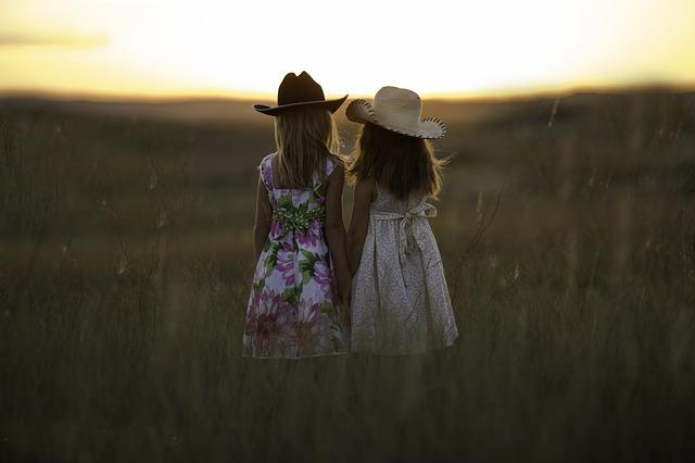 黄昏時の姉妹