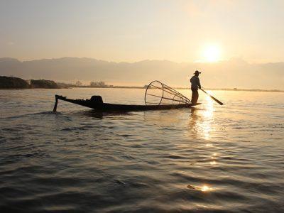 日の出と漁師