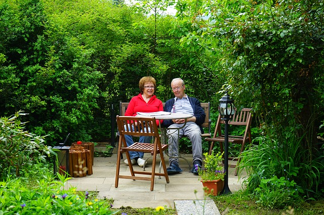 庭の老夫婦