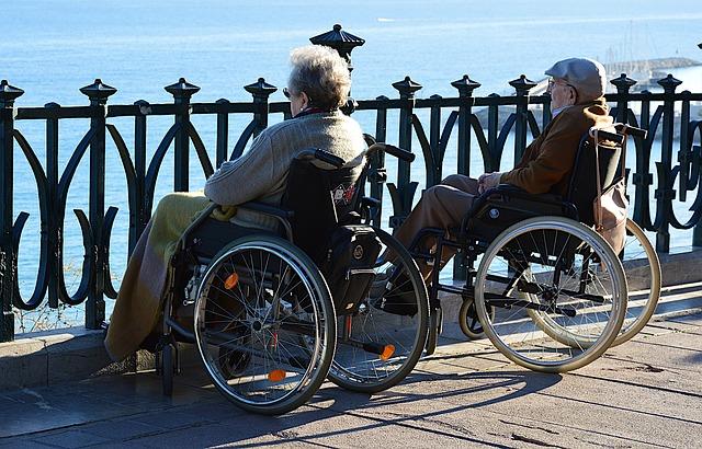 車椅子の夫婦